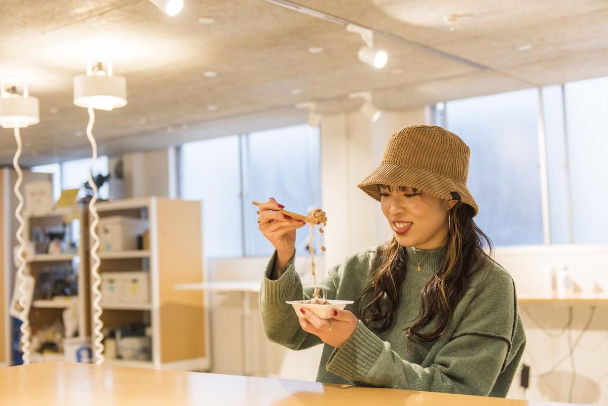 納豆を食べる なっとう娘 鈴木真由子さんの写真
