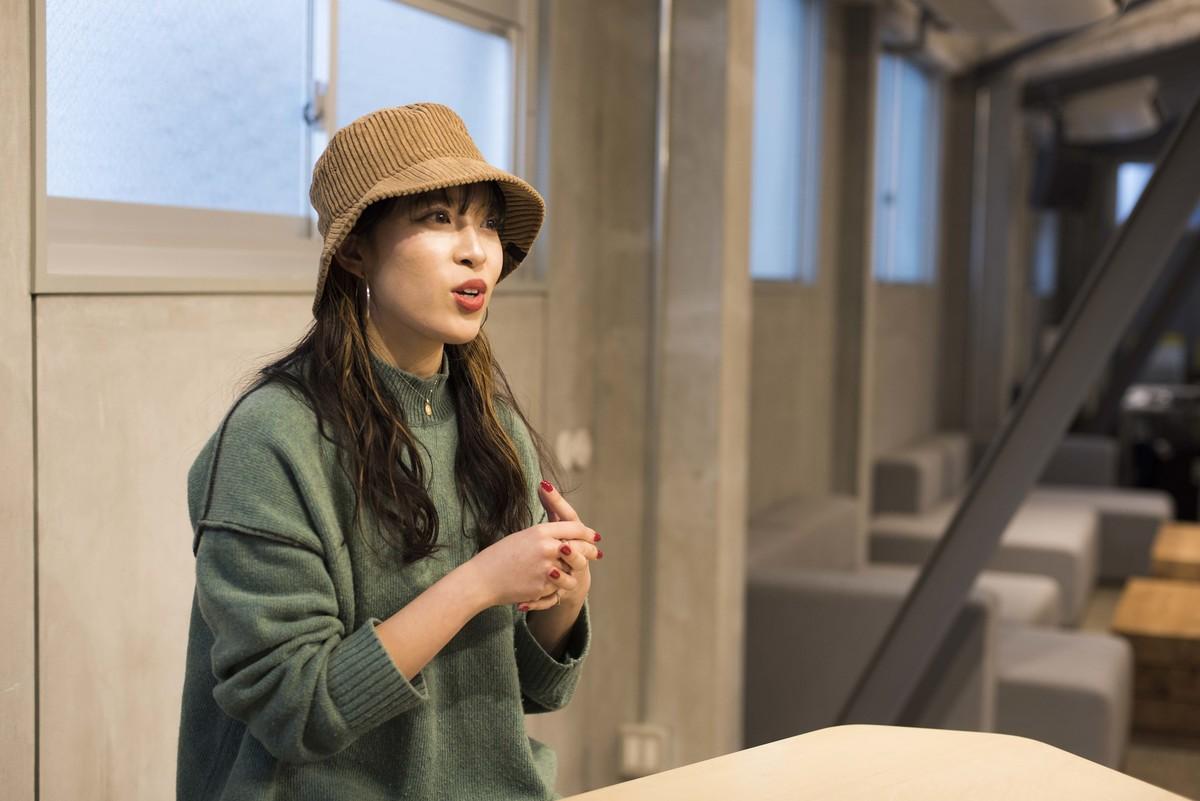100BANCHで取材を受けるなっとう娘 鈴木真由子さんの写真